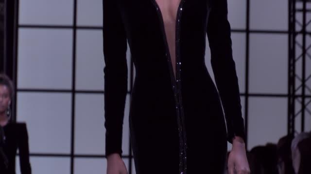 vídeos de stock, filmes e b-roll de giorgio armani prive fashion show | haute couture fall winter 1617 | paris fashion week - giorgio armani marca de moda