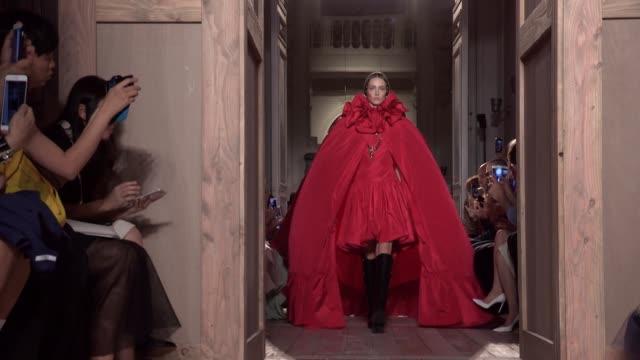 vídeos y material grabado en eventos de stock de valentino fashion show | haute couture fall winter 16-17 | paris fashion week - desfile de moda