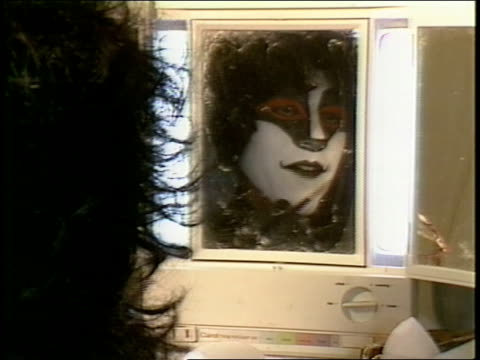 Kiss put on makeup in dressing room