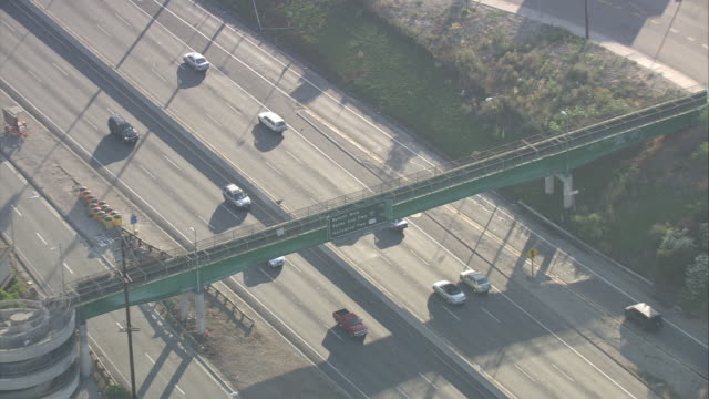 aerial of mercedes car driving on freeway or highway outside of downtown los angeles. light traffic. could be 101. - limousine familienfahrzeug stock-videos und b-roll-filmmaterial
