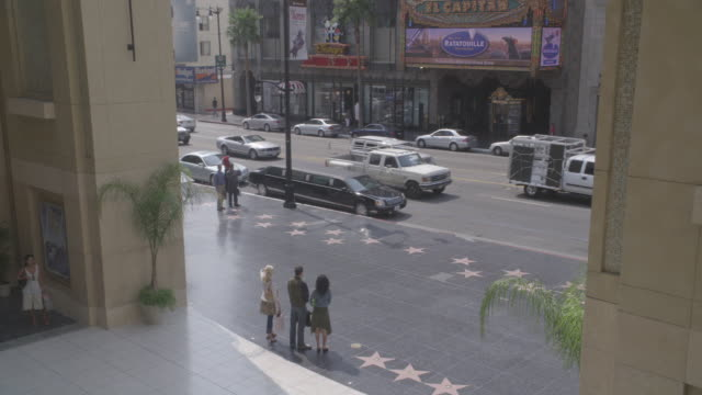 vídeos y material grabado en eventos de stock de high angle down of pedestrians walking on the hollywood walk of fame in front of the kodak theater on hollywood boulevard - teatro dolby