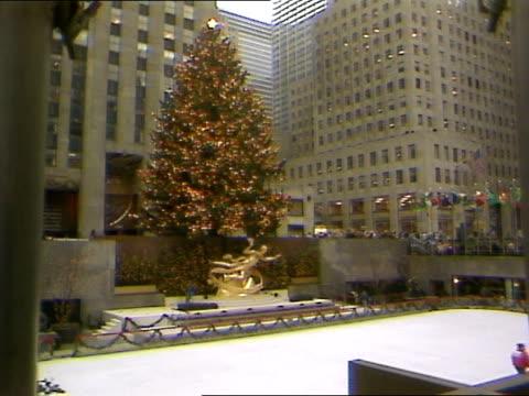 vídeos y material grabado en eventos de stock de pov - árbol de navidad del centro rockefeller