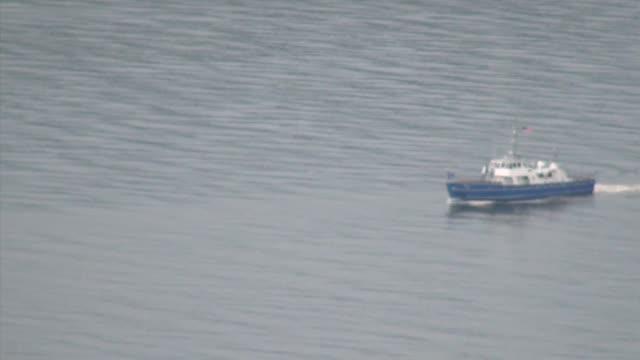 stockvideo's en b-roll-footage met boat slowly heads up hudson river - salmini