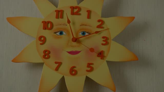 vídeos y material grabado en eventos de stock de close angle of sun-shaped clock. - manecilla de segundos