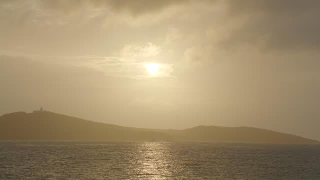 vídeos de stock e filmes b-roll de wide angle of coastine in bg. ocean in fg. cloudy. - coastline