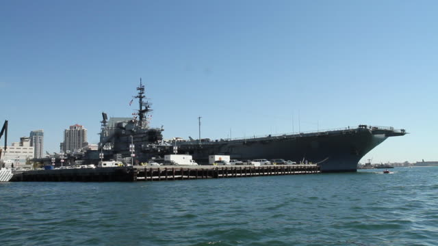 vídeos de stock e filmes b-roll de wide angle moving pov from boat of u.s.s. midway, military aircraft carrier or navy ship. - uss midway