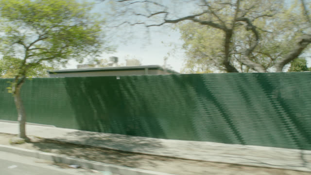 vídeos de stock, filmes e b-roll de process plate 3/4 back right of city streets. lower class area. - figura feminina