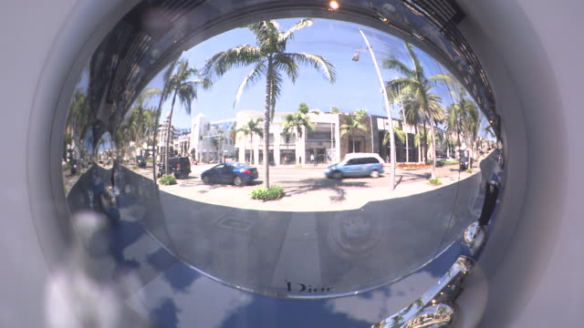 vídeos de stock, filmes e b-roll de pull back from reflection of rodeo drive. commercial area, stores and shops. - mala de rodinhas