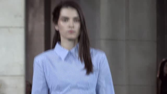 vídeos de stock e filmes b-roll de looks a offwhite fashion show | ready to wear spring summer 2017 | paris fashion week - cor creme