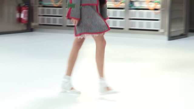 vidéos et rushes de runway a chanel fashion show | ready to wear spring summer 2017 | paris fashion week - fashion show