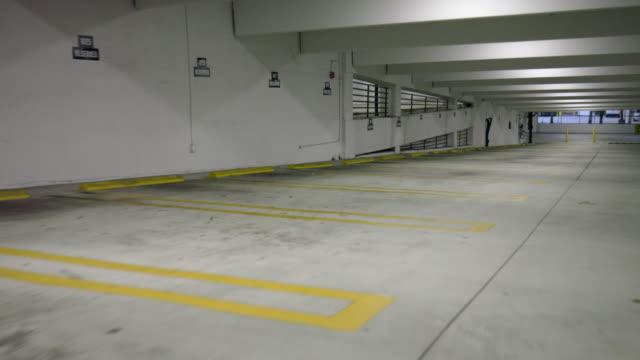 vídeos de stock e filmes b-roll de driving/process plates, view from vehicle moving forward in empty parking garage - estacionar