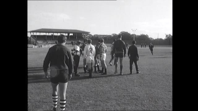 THE SOUTH AFRICAN RUGBY UNION TEAM TRAIN ON THE SCG GROUND WHILE ON THEIR CONTROVERSIAL TOUR OF AUSTRALIA VS SPRINGBOKS TRAIN / CU POLICEMAN WATCHES...