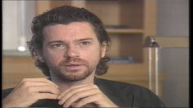 vídeos de stock, filmes e b-roll de ivcu hutchence sept 25 1996 at inxs presser / ext ritz carlton hotel / police ext hotel / crowd ext hotel / hutchence walks / ivcu walking policeman... - ritz carlton hotel