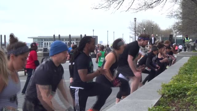 vidéos et rushes de obstacle racers must jump to a bench 50 times before they move on - salmini