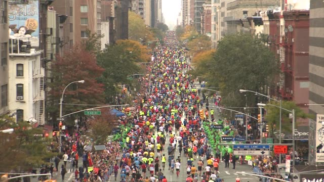vídeos y material grabado en eventos de stock de first avenue manhattan zoom out to show thousands of runners - salmini