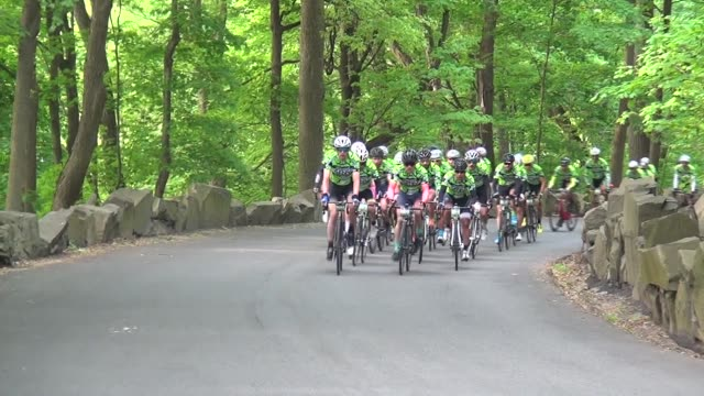 vídeos de stock, filmes e b-roll de thousands of cyclists ride along the henry hudson drive and up the alpine hill 100 mile race distance - salmini