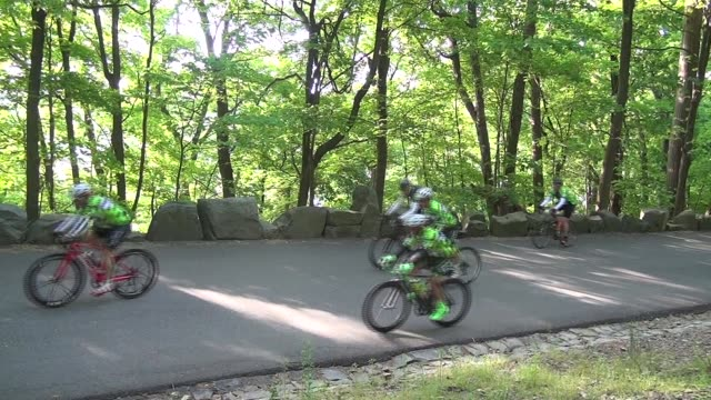 vídeos y material grabado en eventos de stock de thousands of cyclists ride along the henry hudson drive and up the alpine hill 100 mile race distance - salmini
