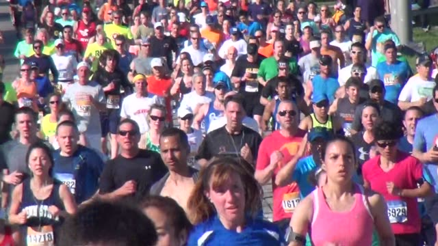 vídeos y material grabado en eventos de stock de thousands of runners tight shot of the long island marathon - salmini