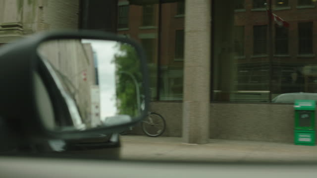 vídeos y material grabado en eventos de stock de medium angle driving pov 3/4 right forward from car window of city streets in halifax, canada. side view mirror. - retrovisor exterior