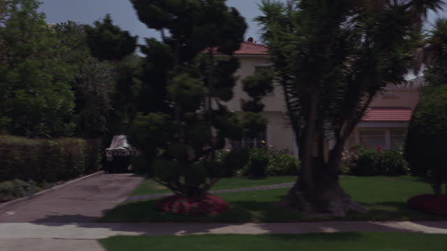 vídeos de stock, filmes e b-roll de process plate straight right side of mansions or upper class houses in beverly hills. two story residences. manicured hedges. flowers. landscaping. gates. driveways. california. - stationary process plate