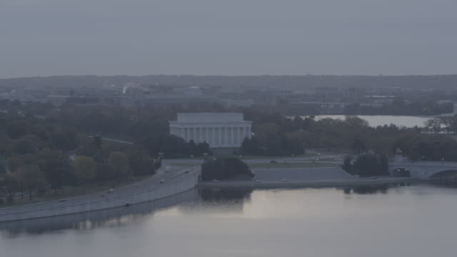 aerial pan left to right across washington dc skyline. potomac river, lincoln memorial, jefferson memorial, washington monument, and capitol building visible. landmarks. - potomac river stock-videos und b-roll-filmmaterial