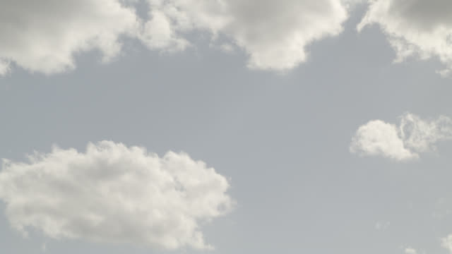 vídeos de stock e filmes b-roll de up angle of clouds in sky. - 1 minuto ou mais