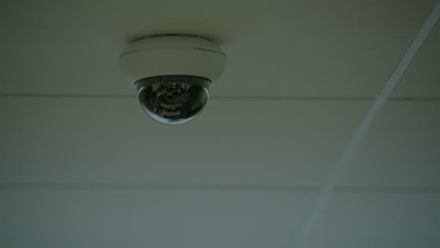 close angle of security camera. - telecamera di sorveglianza video stock e b–roll