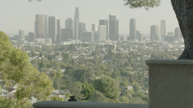 medium angle of los angeles city skyline. out of focus or smoggy. - usバンクタワー点の映像素材/bロール