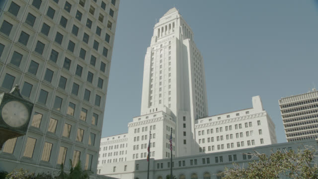 vídeos y material grabado en eventos de stock de up angle of city hall in downtown los angeles. - edificio gubernamental