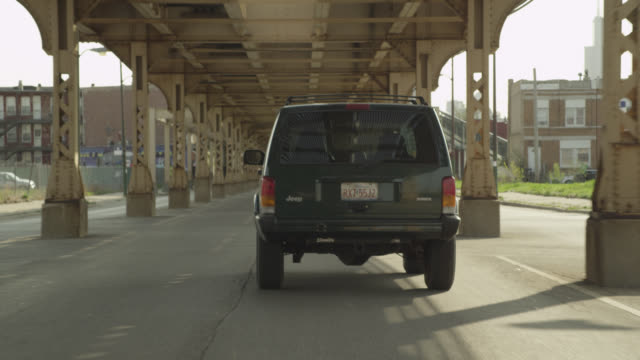vidéos et rushes de wide angle driving pov following jeep or suv swerving on city street, driving off-road. could be part of car chase. under el train tracks. - tout terrain urbain