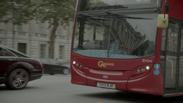 pan right to left of double decker bus driving city street near entrance to 10 downing street and government buildings. whitehall sw1. pedestrians and tourists visible. - downing street stock videos & royalty-free footage