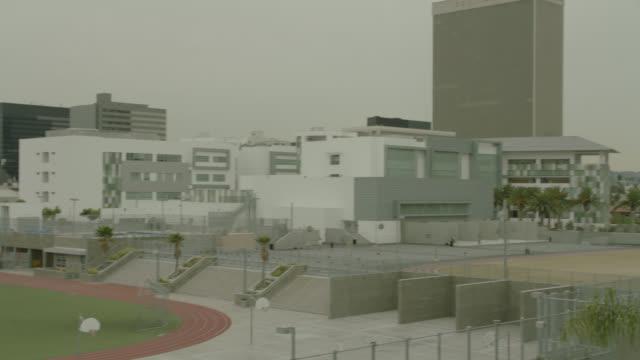pan right to left over los angeles high school of the arts. - 高等学校点の映像素材/bロール