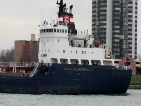 ship in detroit river - detroit river stock-videos und b-roll-filmmaterial
