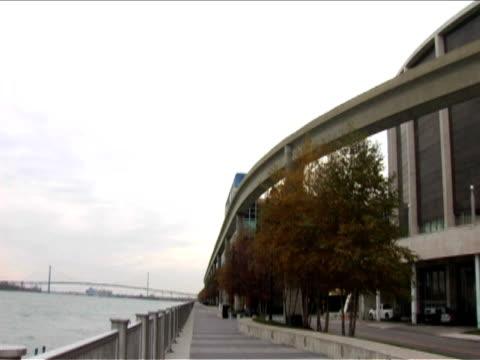 stockvideo's en b-roll-footage met detroit;joe louis arena;people mover tram - zweeftrein