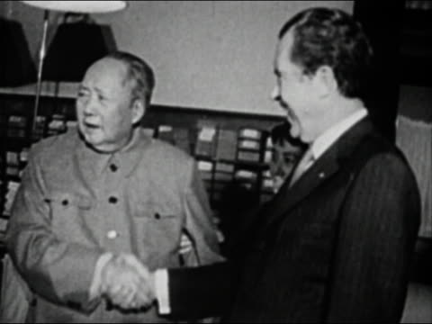 vídeos de stock e filmes b-roll de black and white medium shot chairman mao and president nixon shaking hands - mao tse tung