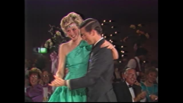 vídeos y material grabado en eventos de stock de rtc lina caneva / southern cross hotel melbourne - diana & prince charles arrive - diana wearing green silk evening dress and emerald headband / lady... - 1985