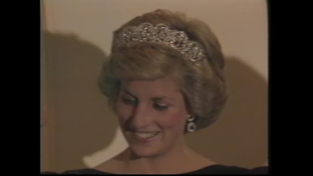 canberra last night press call at government house dinner – prince charles and princess diana with prime minister bob hawke and wife hazel diana long... - 1985年点の映像素材/bロール