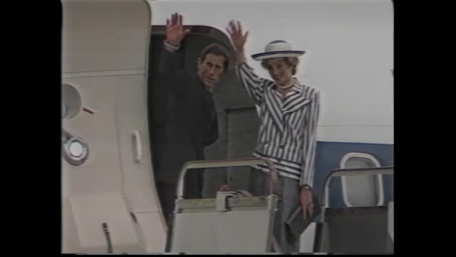 vídeos de stock e filmes b-roll de charles and diana on plane stairs –wave and into doorway / arrive in honolulu – night down plane steps - 1985
