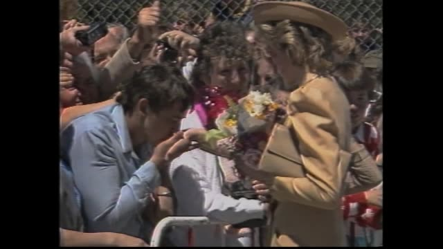 vídeos de stock e filmes b-roll de melbourne airport royal arrival crowd meet and greet - slomo admirer charles opyrchal kisses princess diana''s hand - 1985