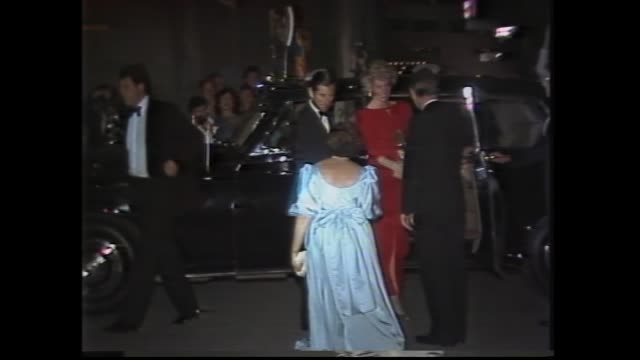 vídeos de stock e filmes b-roll de night - crowd & police ext national gallery of victoria / royal couple arrives - charles and diana out of car / premier john cain greets / di... - 1985