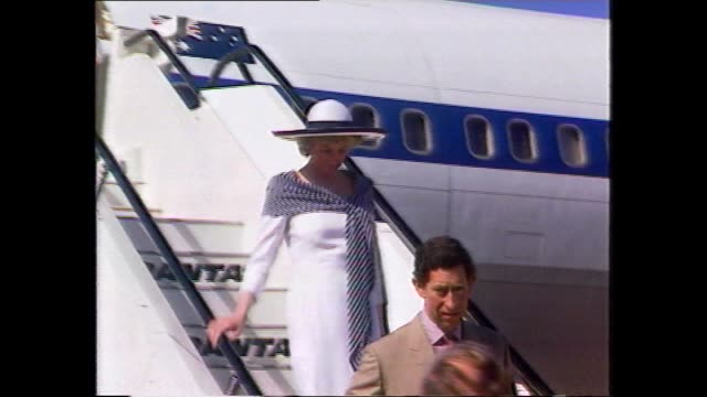 vídeos de stock e filmes b-roll de prince charles and princess diana off plane down steps - arriving for royal tour to australia / diana with governor general sir ninian stephen - di... - employee engagement