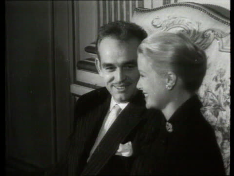 vídeos de stock e filmes b-roll de september 1 1956 film montage ms grace kelly and prince rainier of monaco sitting on sofa/ monaco - sentar se