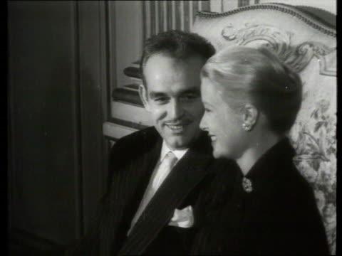 vídeos de stock e filmes b-roll de september 1, 1956 film montage grace kelly and prince rainier of monaco sitting on sofa/ monaco - sentar se