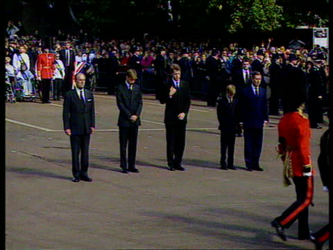 september 6, 1997 film montage carriage and guards passing in front of prince philip, prince william, prince edward, prince harry, and prince charles... - anno 1997 video stock e b–roll