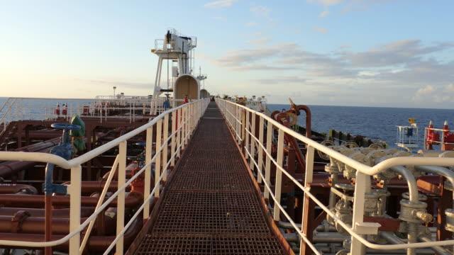 vidéos et rushes de tanker terrasse - à bord