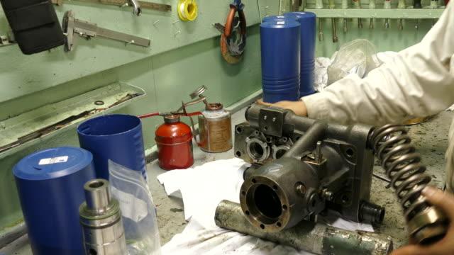 stockvideo's en b-roll-footage met brandstofpomp - machinekamer