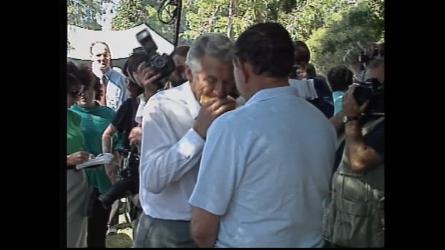 vídeos y material grabado en eventos de stock de prime minister bob hawke and hazel out of car and walk / hawke votes -into ballot box / opposition leader andrew peacock arrives at polls / peacock... - democracia