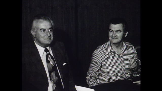 int meeting room - john ducker talks with alp federal leader gough whitlam who is sitting beside federal president bob hawke / profile lionel murphy... - zoom in点の映像素材/bロール