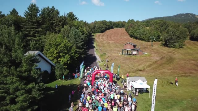 vídeos y material grabado en eventos de stock de runners head up mt mansfield stowe vermont for a challenging mountain race - salmini