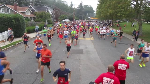 stockvideo's en b-roll-footage met first of many waves head out for a 10k race - salmini